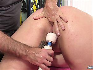 A masseur Turns a massage into an ejaculation Session for plus-size Calista Roxxx