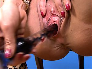 super-sexy Lisa Ann rams her dildo deep in her wet beaver