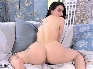 Mandy Muse uses her fucktoy to have an heavy climax