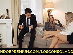 LOS CONSOLADORES - bouncy culo chick romps beau and girlfriend