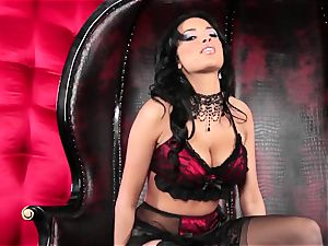 Alluring Anissa Kate shows off her fantastic body
